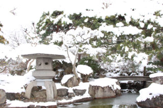 京屋染物店に隣接する日本庭園
