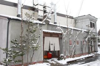 染工場の暖簾(のれん)と雪
