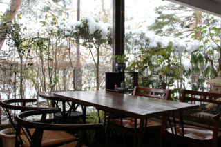 京屋染物店内から見える雪景色